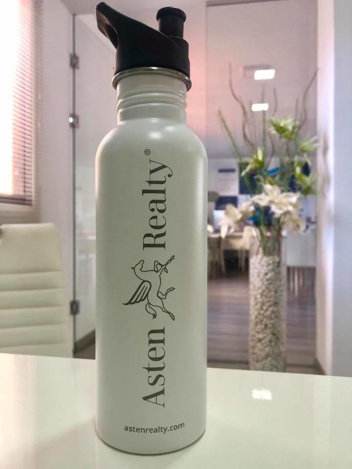 La nostra bottiglia aziendale in acciaio inox, riduciamo l'uso di plastica